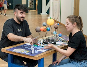 Im TECHNOSEUM haben Zidan Yilmaz (FSJler) und Annika Lehner (Mitarbeiterin der Museumspädagogik) ihren Spaß mit den von Hebel-Schülern entworfenen Weltraum-Spielen. (Quelle: TECHNOSEUM)