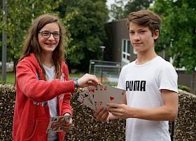Robin Carey (rechts) verzaubert Charlotte Conrad mit seinen Kartentricks.