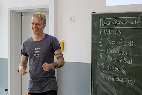 Tom Crawford, Mathematik-Dozent aus Oxford, begeisterte die Hebel-Schüler mit seinem unterhaltsamen Vortrag und überraschenden Fragestellungen.