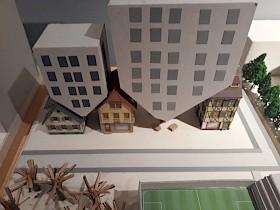 Abb. 1 :Häuser über Kopf. zwischen den Dächern der Bestandsarchitektur werden modere Gebäude über Kopf eingefügt um im Leerraum zwischen den Dächern neuen Wohnraum zu gewinnen