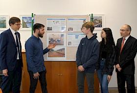 Bernard Woodley (2. von links) erklärt Benno Günther (MLP) (links) sowie Schülersprecher Bosse Greiner, SMV-Mitglied Maylin Tan und Schulleiter Stefan Ade die sanitäre Situation des Waisenhauses, die dank der MLP-Spende nun verbessert werden kann.