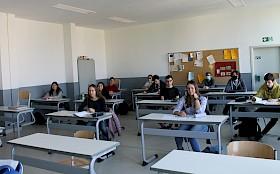 """Kleine Oberstufengruppen dürfen in großen Klassenräumen wieder Unterricht """"genießen""""."""