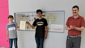 Der stellvertretende Schulleiter Gundolf March (rechts) freut sich über den Schulerfolg im Landeswettbewerb Mathematik, zu dem unter anderem Moritz Brand und Eliseo Carrasco Krämer beigetragen haben.