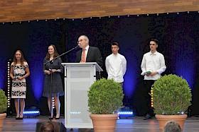 Schulleiter Stefan Ade ehrte - hier aus dem Spanisch-Kurs - einige der sehr guten Abiturienten: Amelie-Kristin Reitzner, Paula Herz, Elias Zipf und Sebastian Geschwill.