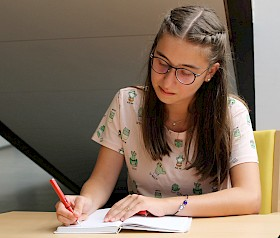 Die Hebel-Schülerin Selina Yildirim hat bei einem bundesweiten Schreibwettbewerb gewonnen.