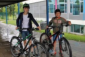 Die Sechstklässler Julian Arndt und Matteo Bächle radelten jeweils über 700 Kilometer in drei Wochen und sind damit die Schulsieger.